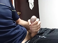 Chico tocando el Ukelele se masturba mientras los padres están en otra habitación *Hay mucho semen*
